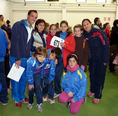Jorge, primero por la izquierda, ejerciendo de monitor deportivo en una competición